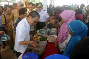 Wakil Bupati Banyuasin Ir. SA Supriono, MM mengunjungi salah satu stan bazar Desa Manggar Raya