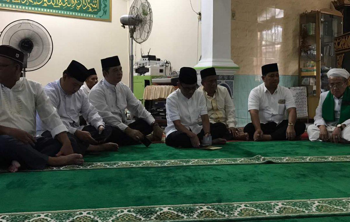 Buka Bersama Supriono, Warga Sungai Rebo Penuhi Masjid Nurul Huda