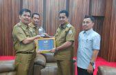 Wakili Bupati Dimalam Penganugerahan, Plt. Kadis Kominfo Hantarkan Tropi KDI 2019 ke Bupati Askolani