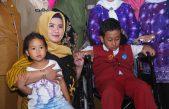 Ketua TP. PKK Kabupaten Banyuasin memberikan Bantuan Kursi Roda untuk Dicky