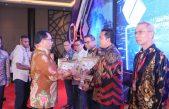 Bupati Askolani Terima Penghargaan DUKCAPIL HEBAT