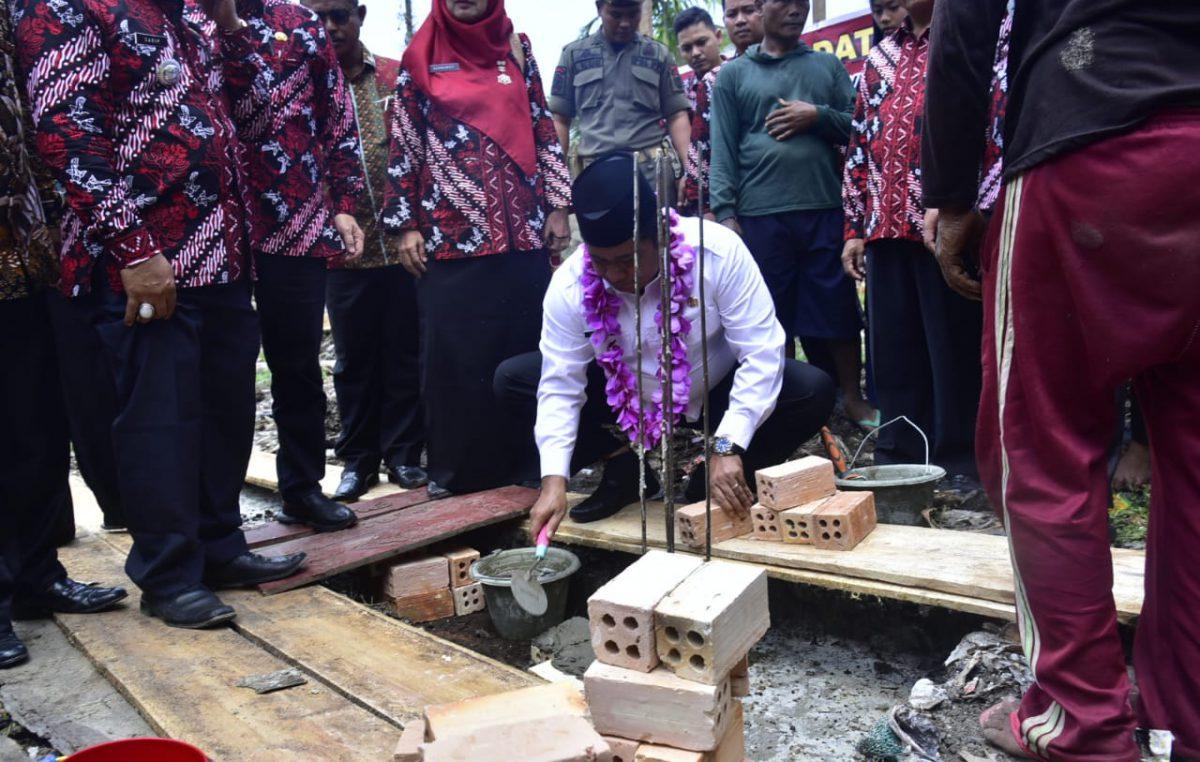Bupati Askolani Melakukan Peletakan Batu Pertama Musholah SMP 1 Makarti Jaya