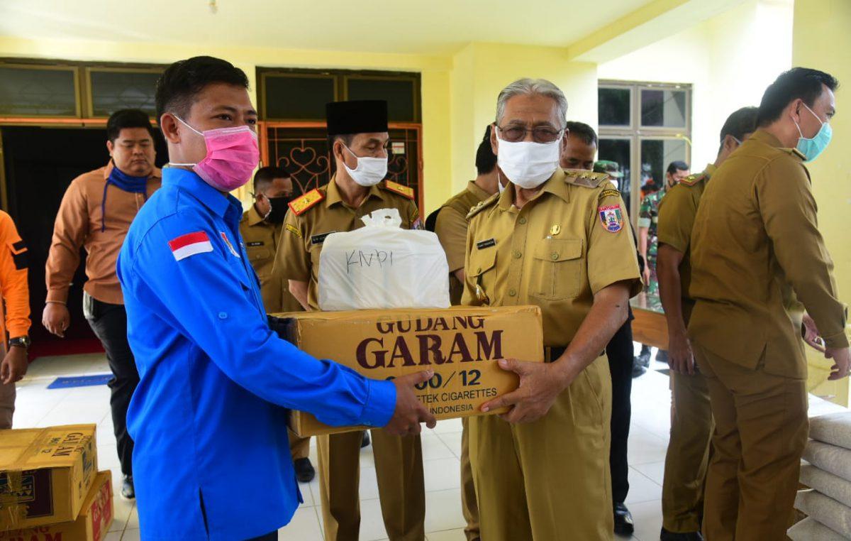 Wabup Slamet Serahkan Disinfektan dan Masker untuk Ormas Banyuasin