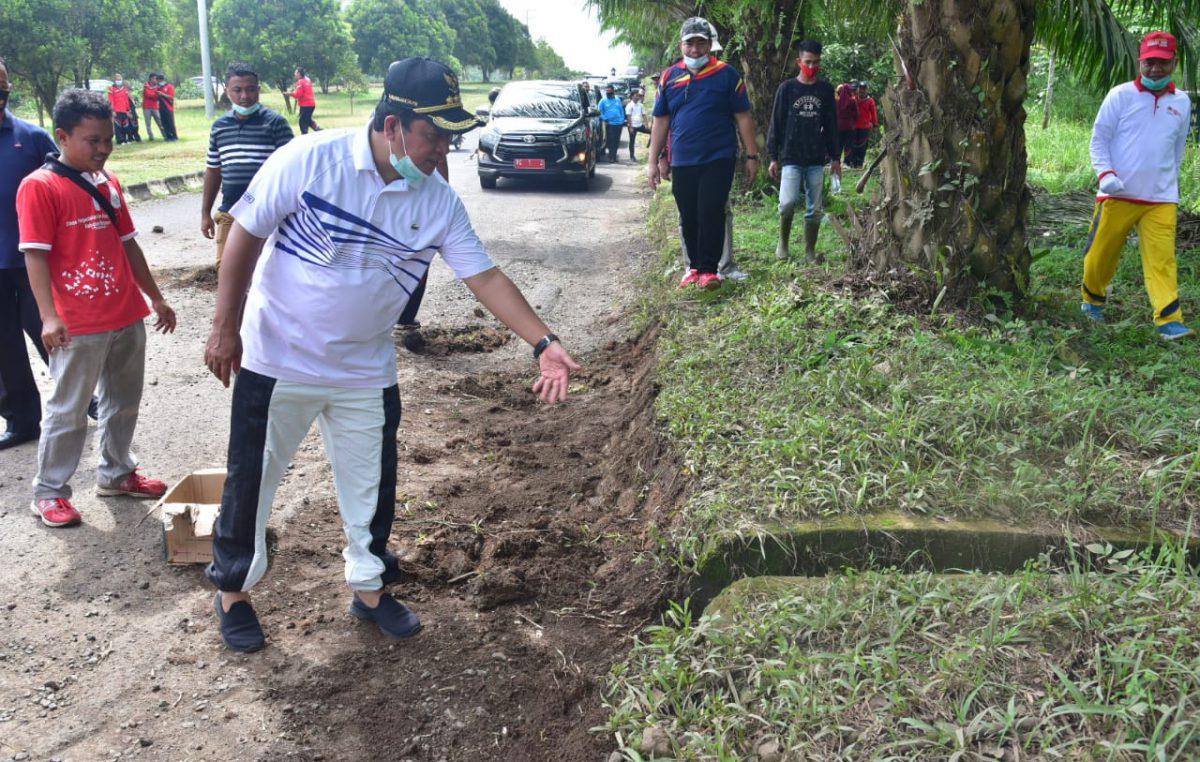 Bupati Askolani Bersama 5000 ASN Bersihkan Jalan Lingkar dengan Gotong Royong
